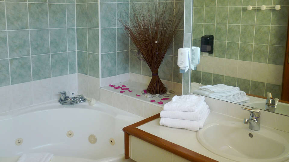 The Originals Boutique, Hôtel Clos Sainte Marie, Nevers (Inter-Hotel) - EDIT_NEW_Bathroom.jpg