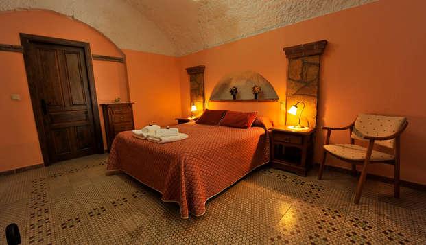 Escapada romántica en una cueva con bañera hidromasaje, vino y velas
