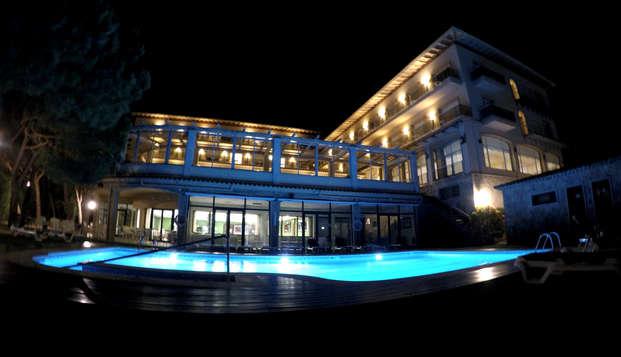 Escapada para dos en habitación con terraza: Cava, bombones y decoración romántica en Sant Feliu