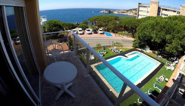 Descubre el encanto de la Costa Brava en habitación superior y disfruta de la media pensión
