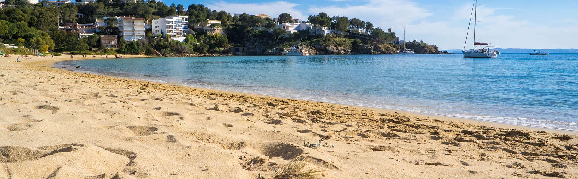 Soleil, plage et pension complète à Roses avec vue latérale sur la mer