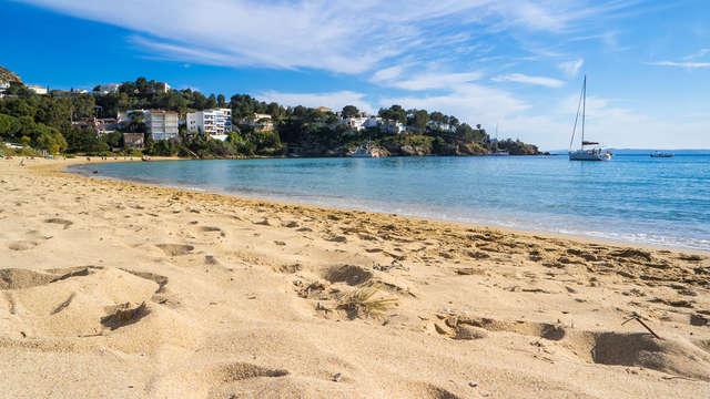 Sol, playa y pensión completa con vistas laterales al mar en Roses