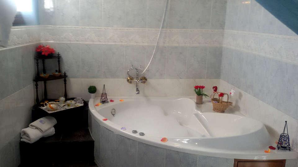 Hotel Palacio Guzmanes - EDIT_NEW_Bathroom.jpg