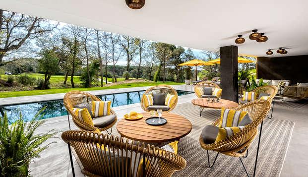 Lujo: Habitación con vistas al campo de golf y vermut en hotel de diseño