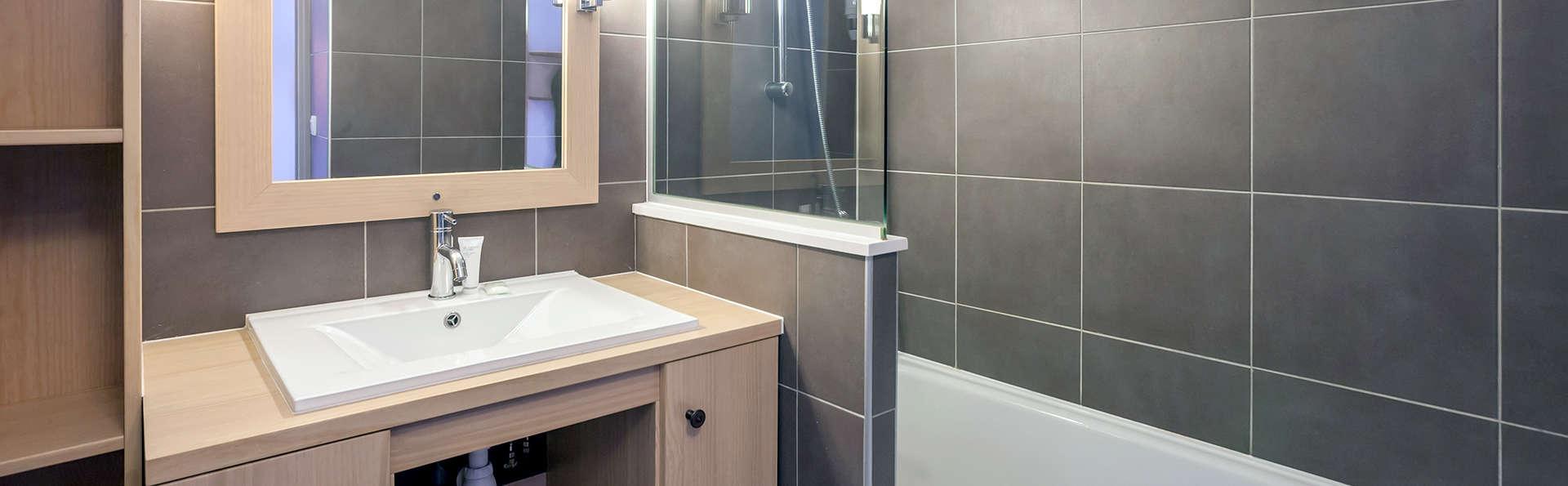 Pierre et Vacances Les Chalets de Solaise - Edit_Bathroom.jpg