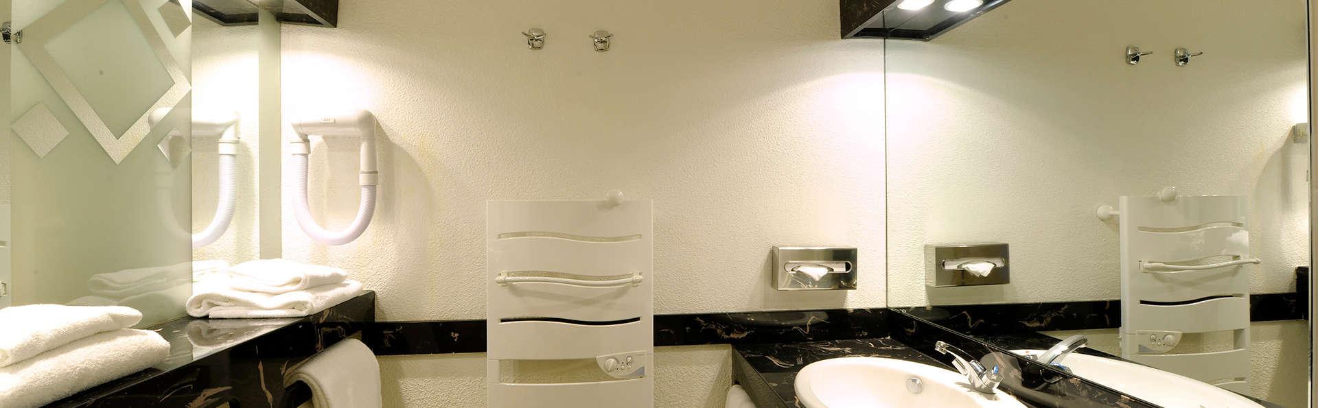 Hôtel Mercure Les Deux Alpes 1800 - Edit_Bathroom.jpg
