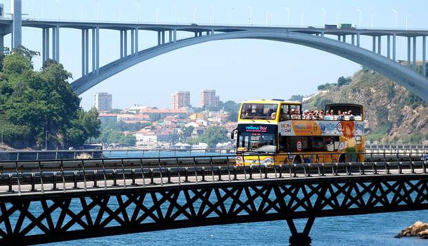 Escapada con ruta en autobús panorámico por Oporto y detalle de bienvenida