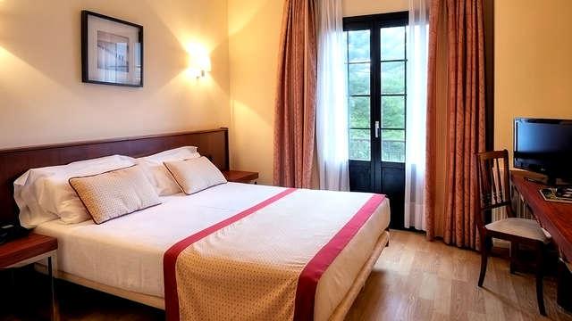 Romanticismo en la costa asturiana con sidra, dulces y ambiente romántico en la habitación