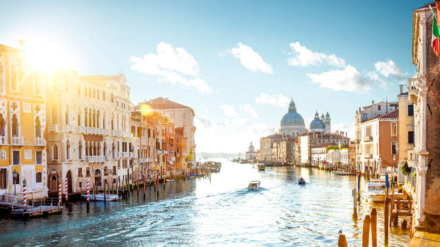 Soggiorno in camera deluxe in un elegante hotel tra i canali di Venezia