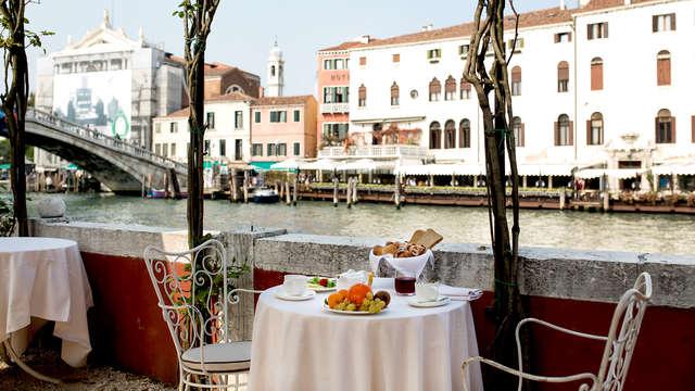 Descubre el centro de Venecia en habitación superior