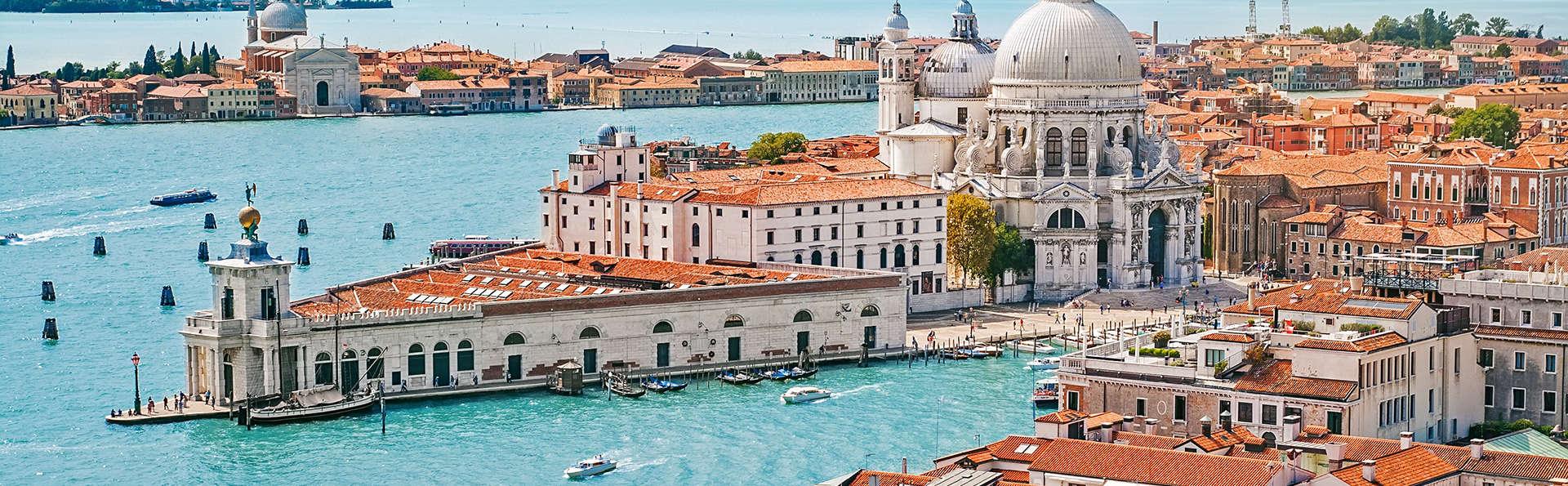 Alójate en el centro de Venecia, cerca del Gran Canal