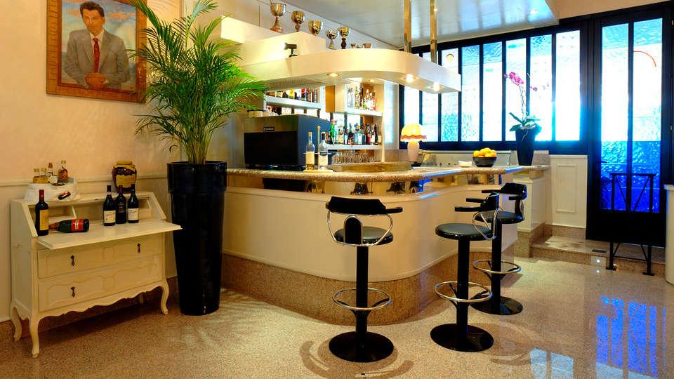 Hotel Rosa - Edit_Bar.jpg