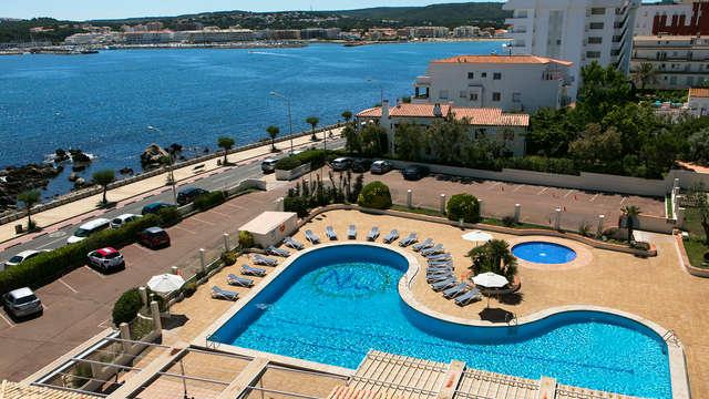 Vacaciones en familia con un niño gratis en media pensión en la Costa Brava y terraza