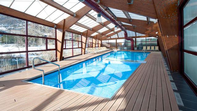 Accès libre à la piscine chauffée avec jets relaxants pour 2 adultes