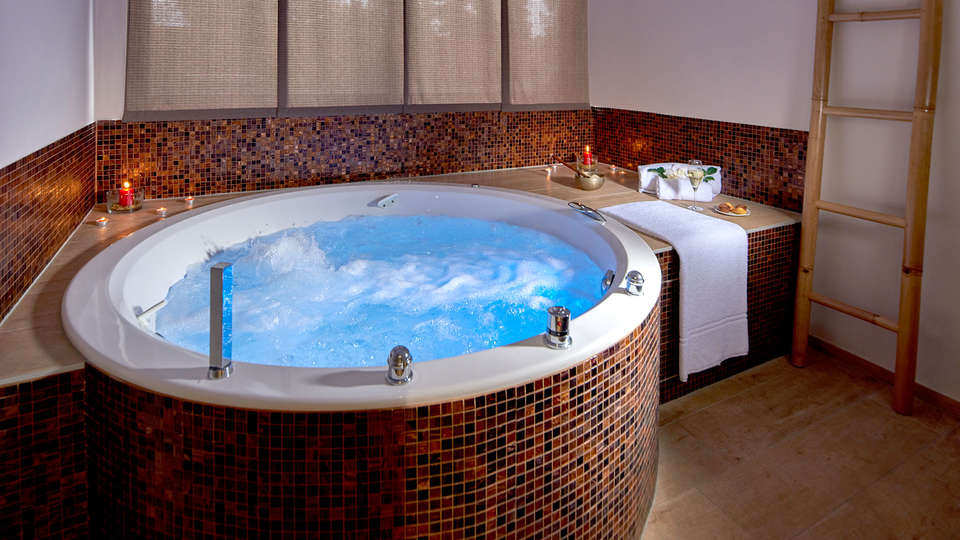 Airport Club Hotel - EDIT_NEW_JACUZZI.jpg