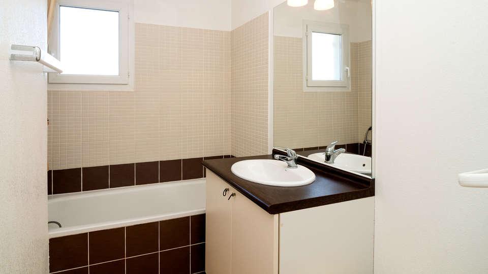Coralia by Vacancéole  Résidence Port Minervois/Les Hauts du Lac - Edit_Bathroom.jpg
