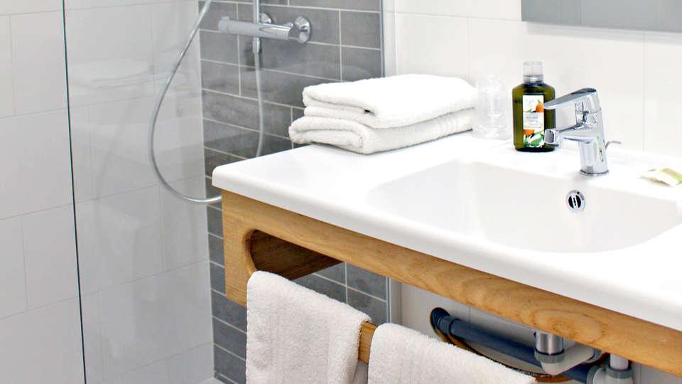 Hôtel Les Grenettes - Edit_Bathroom.jpg