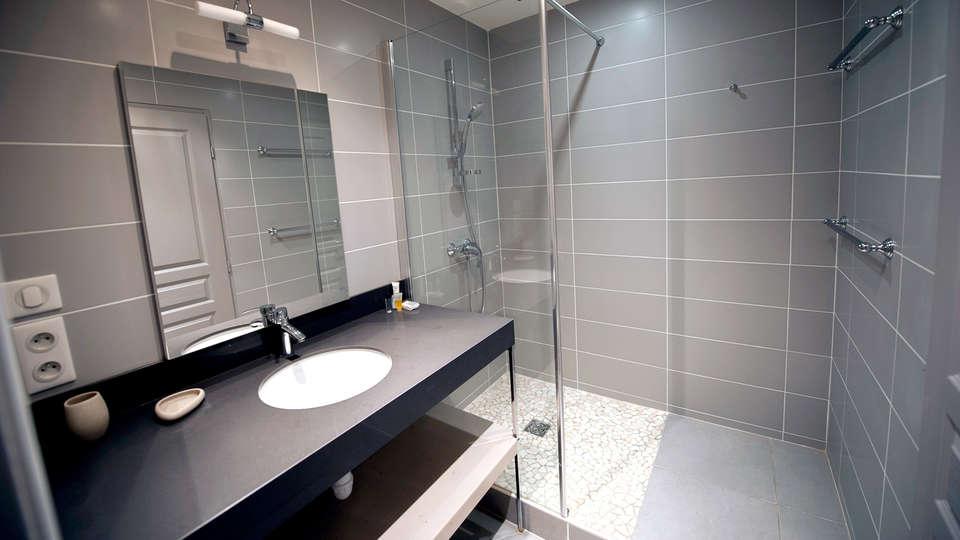 Château Cicéron Le Gîte - Edit_Bathroom.jpg