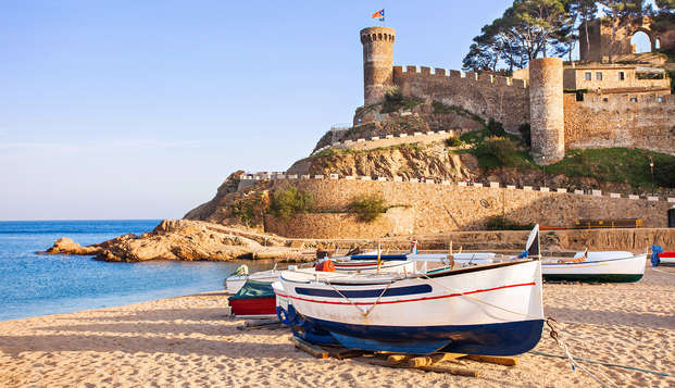 Disfruta de la familia frente a las aguas cristalinas de Tossa de Mar en Media Pensión