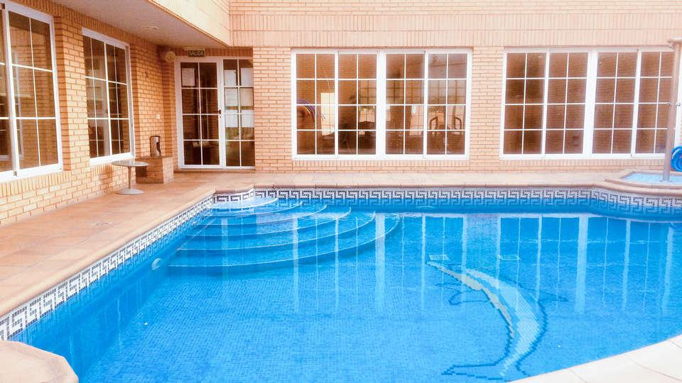 Apartahotel Los Girasoles - EDIT_piscina2.jpg