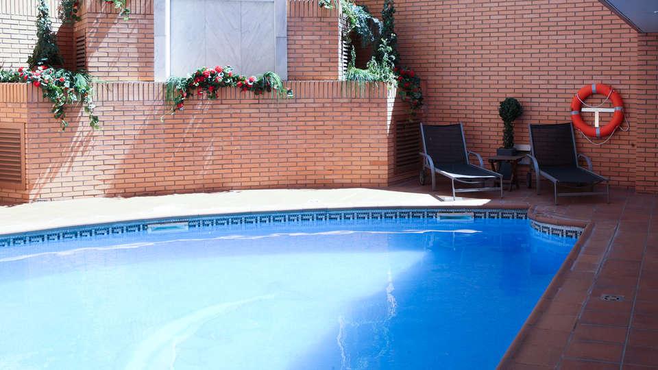 Apartahotel Los Girasoles - EDIT_piscina3.jpg