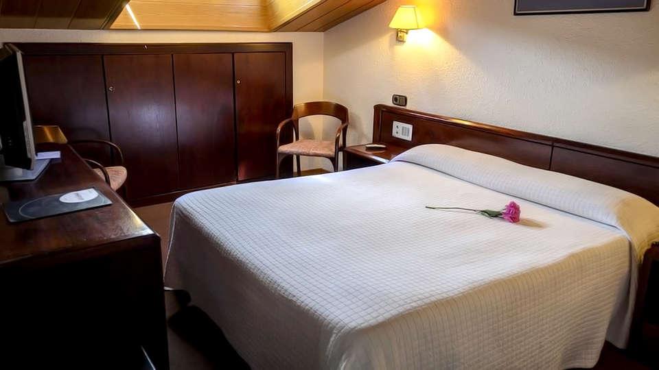 Hotel Les Closes - Edit_Room.jpg