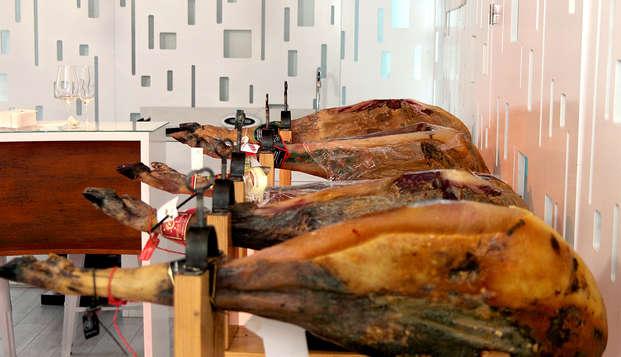 Delicias Ibéricas: Escapada con menú ibérico y visita al Museo del Jamón en la Sierra de Francia