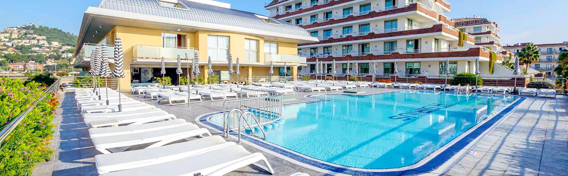 Aprovecha tu verano en Pensión completa con piscina y pocos metros de la playa