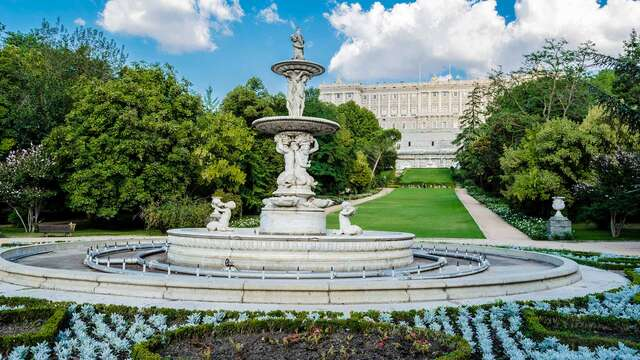 Escapada romántica frente al Palacio Real con bombones, cava y salida tardia