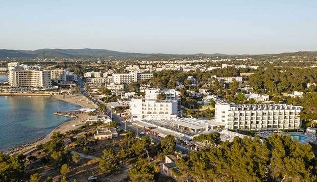 Media pensión, confort y ambiente mediterráneo en Ibiza