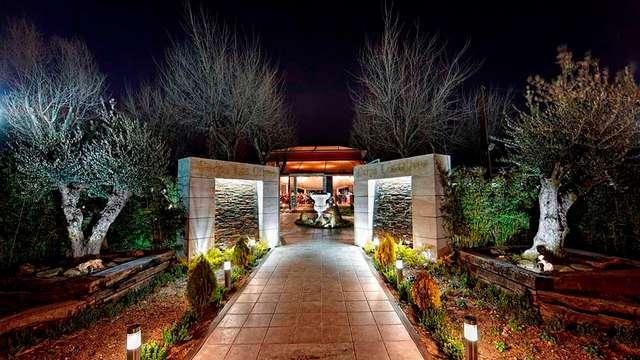 Escapada romántica en bungalow deluxe temático en un entorno idílico cerca de Madrid
