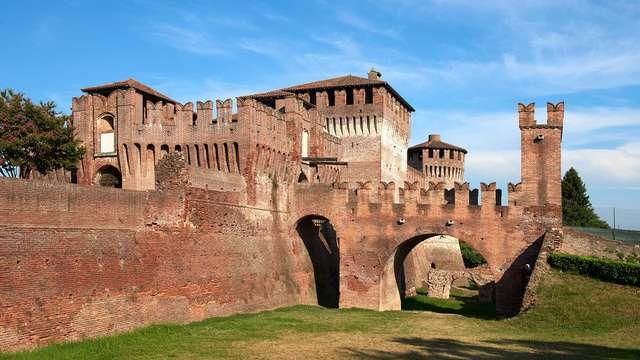 Bezoek het machtige Castello Sforzesco en overnacht op een goedgelegen locatie net buiten Milaan