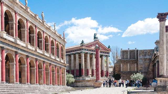 Visitez les décors de Cinecittà et dormez près du Vatican: expérience complète à Rome!
