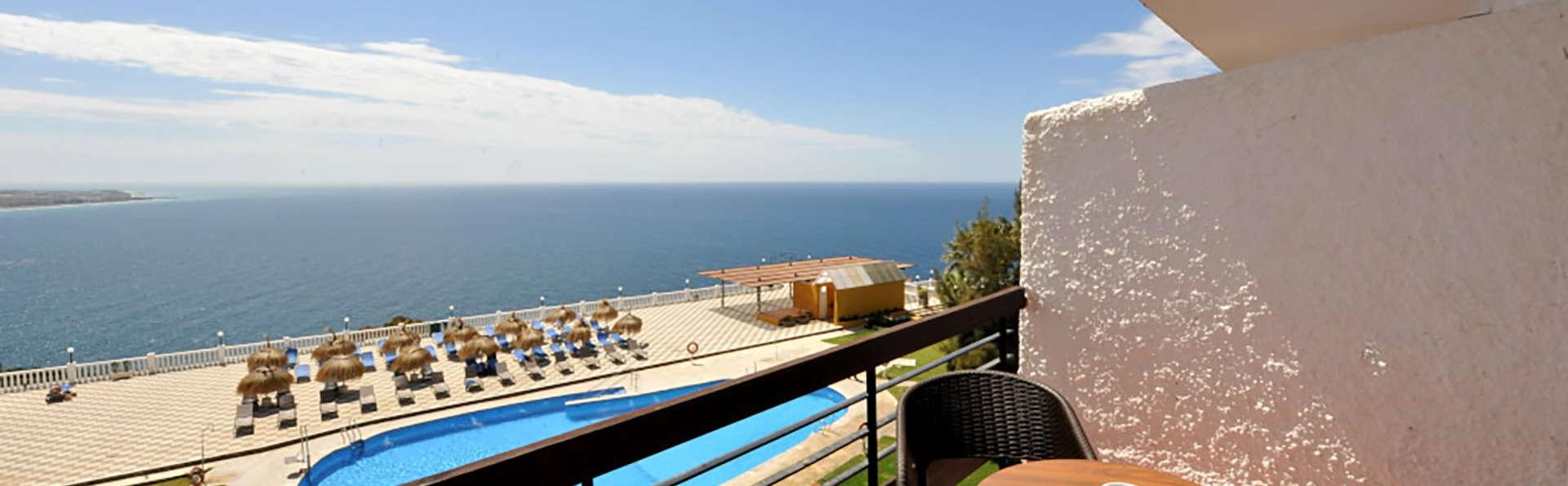 Découvrez la Costa Tropical : en chambre supérieure avec balcon et verre de cava à déguster