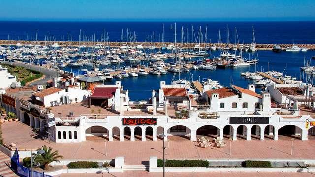 Vista al Mediterráneo desde las características calles del casco antiguo de Almería