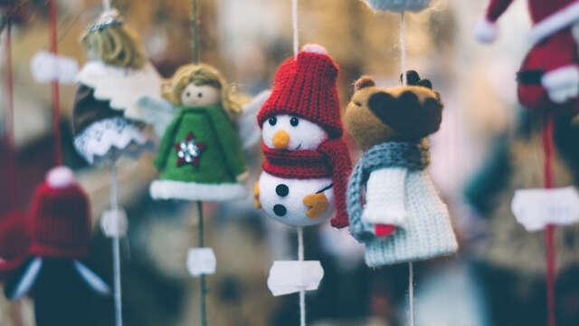 Winterpret met kerstmarkt, gluhwein en schaatsboot