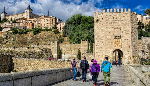 Descubre la historia y encanto de Toledo en un rústico y centrico hotel con desayuno y salida tardía