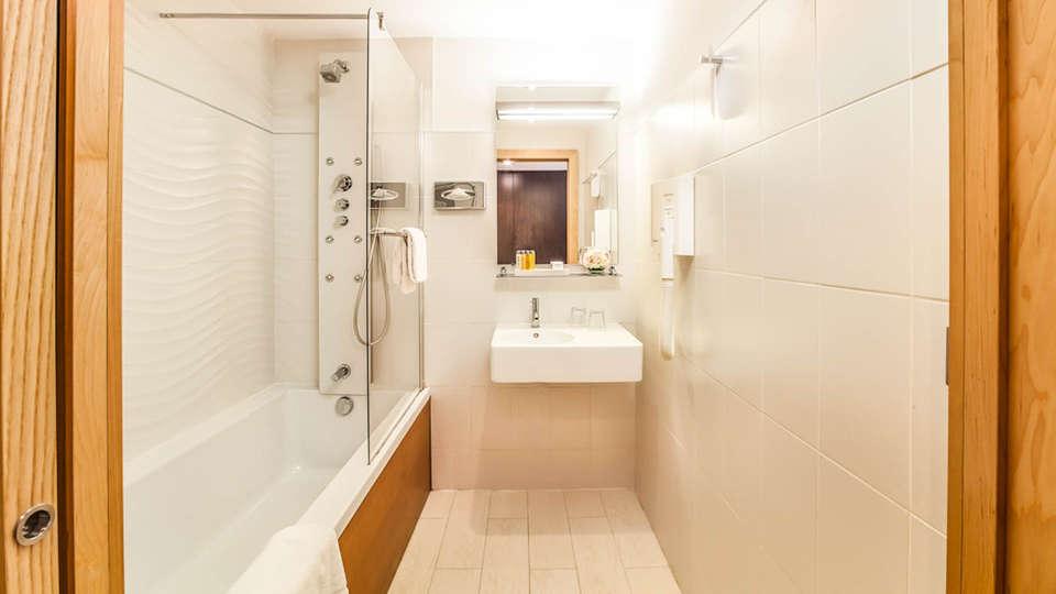 Hôtel Montaigne et Spa - EDIT_NEW_BATHROOM-2.jpg