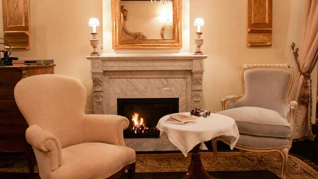 Lujo y encanto del XVI: Escapada en una suite de ensueño con vistas y chimenea en un antiguo palacio