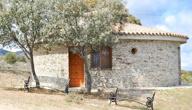 Escapada romántica en una cabaña en un entorno natural con desayuno, cava y fruta (desde 2 noches)
