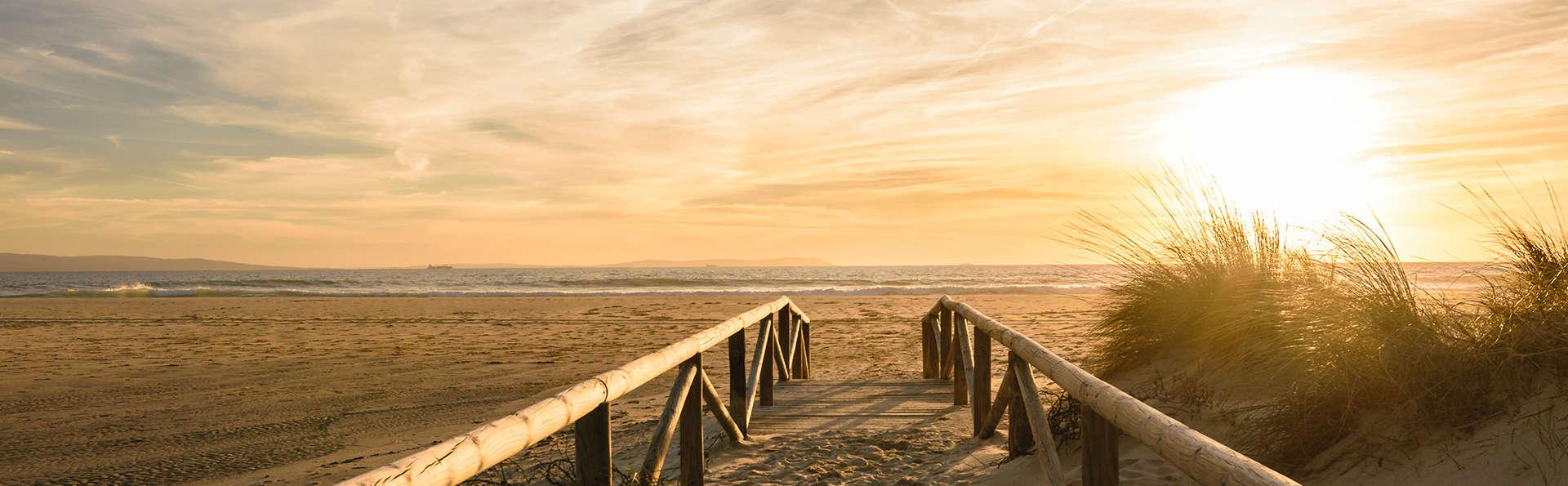 Escapada rómantica: Vive los atardeceres a orillas del mediterráneo con cena y zona relax incluida