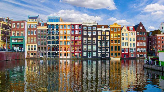 Bezoek Amsterdam met een goed bed en stadsuitzicht