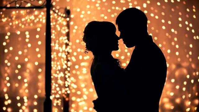 Saint-Valentin de rêve avec dîner, détente, soin, pétales de roses et cadeau romantique