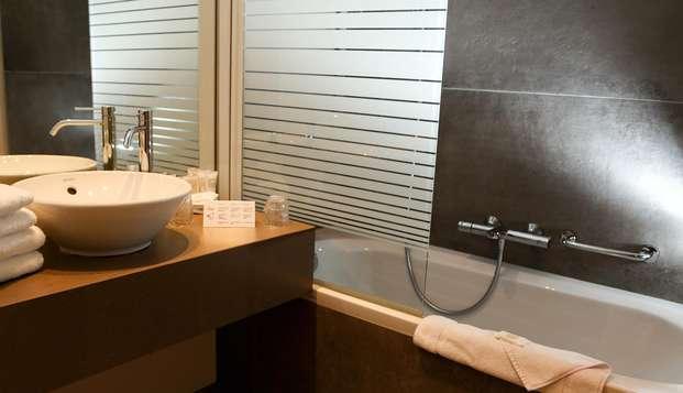Hotel Acacia - BATHROOM