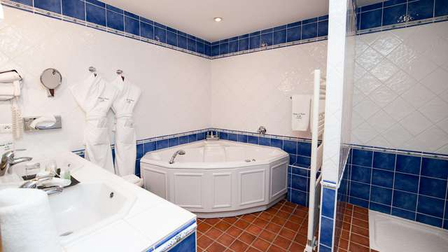 Jacuzzi deux personnes en suite junior et accès spa à deux pas d'Avignon