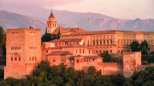 Escapada romántica en Granada con desayuno y botella de cava