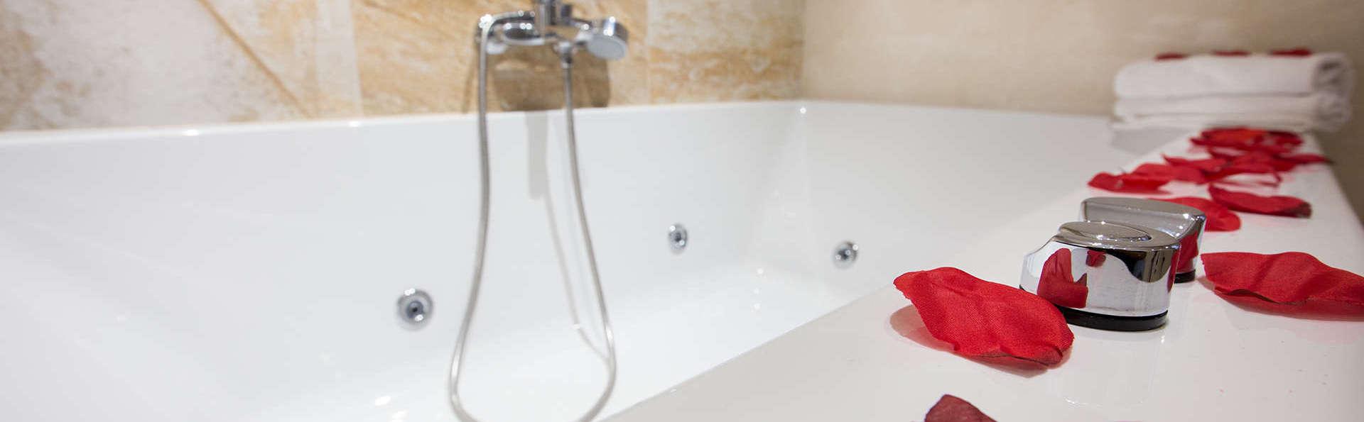 Romanticismo en Junior Suite con bañera de hidromasaje y minibar gratuito en Murcia