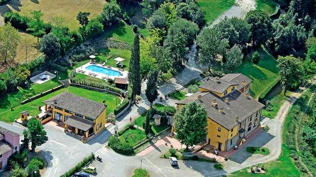 Brindisi en un pueblo elegante en la campiña toscana
