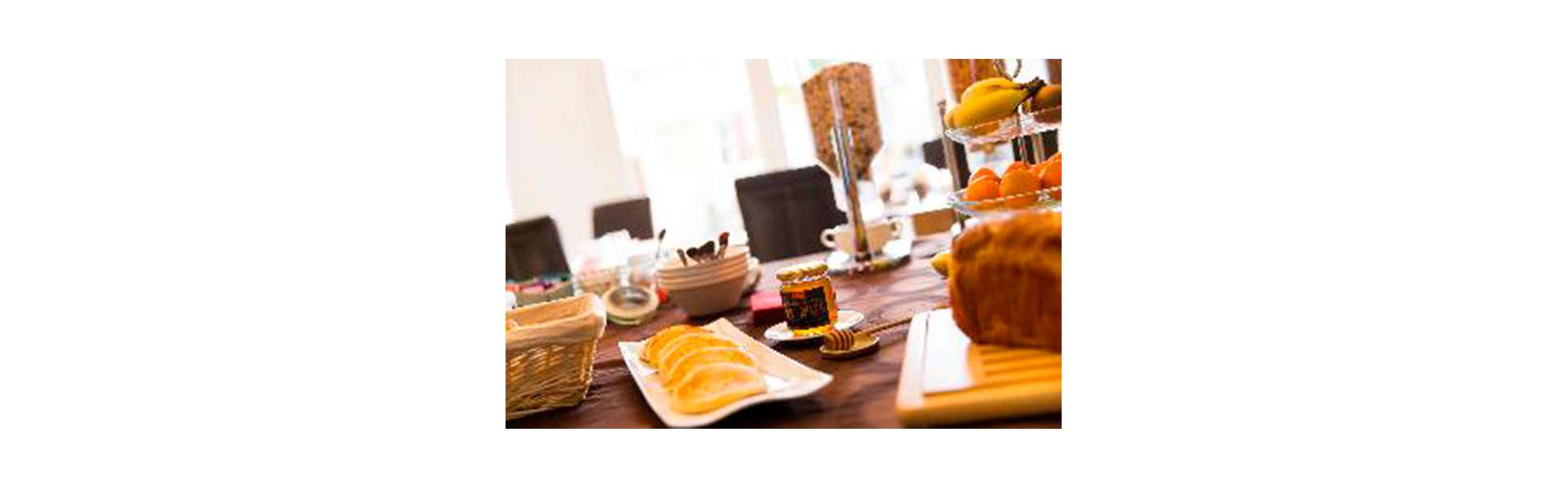 Hotel Almoria - Edit_Breakfast.jpg