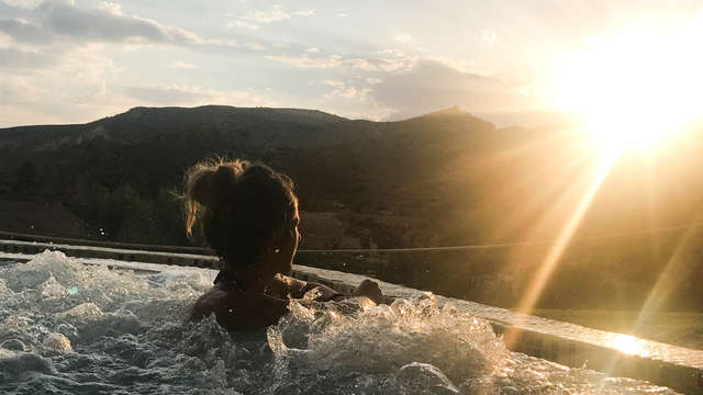 Escapada para los sentidos: Pensión completa, tratamiento y baño nocturno mirando las estrellas